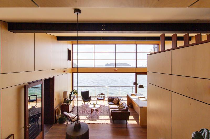 Do společného obývacího prostoru je vložen nízký box s koupelnou, na kterém se dá v ústraní poležet jako na peci ve staré chalupě