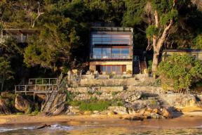 Dům je přístupný pouze po vodě, po terasách a schodištích přímo z pláže