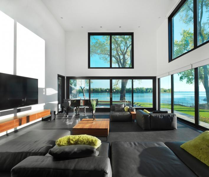 Obývací prostor se pyšní výškou přes dvě podlaží.