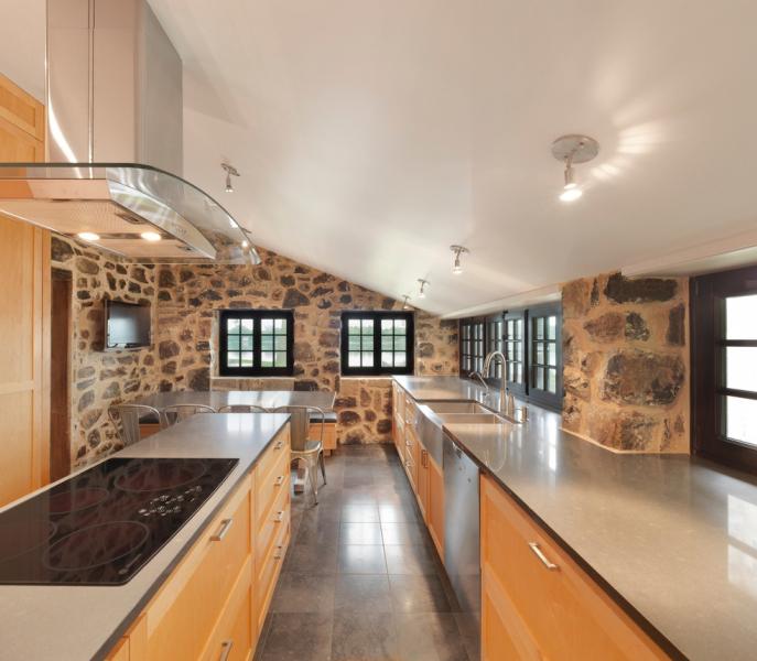 Součástí kamenného domu je zrekonstruovaná kuchyň doplněná o veškeré vymoženosti současnosti.