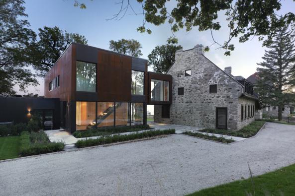 200 let starý kamenný dům se v kanadském městě Dorval propojil s moderní stavbou.