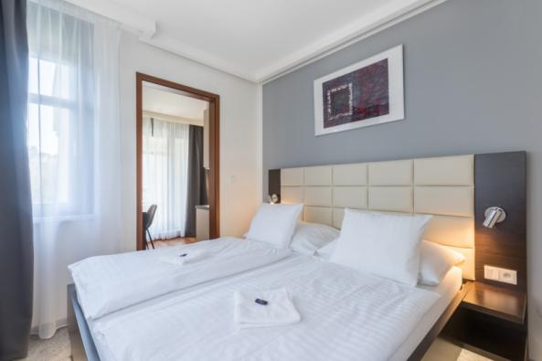 Úspěšný areál se servisovaným nájemním bydlením v centru Prahy – Albertov Rental Apartments – si ke svým desátým narozeninám nadělil postupnou renovaci všech interiérů. Rozsáhlou modernizaci celkem 269 plně vybavených apartmánů provádějí architekti skupiny CTR v duchu současných trendů v bydlení. Mění se design i zařízení pro ještě vyšší pohodlí dlouhodobých nájemníků. Inspirovat se můžete při virtuální prohlídce bytů na www.albertov.eu. (Zdroj: Albertov Rental Apartments)
