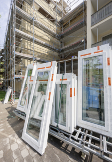 Okenní systémy REHAU snižují hlukové zatížení minimálně o polovinu, než tomu bylo dříve - pohltí až 47 dB (zdroj: REHAU)