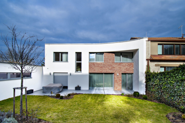 Nízká garáž společně s hlavní budovou tvoří v půdorysu neúplné písmeno L. Menší stavba díky šikovnému umístění také chrání zahradu před pohledy zvenčí