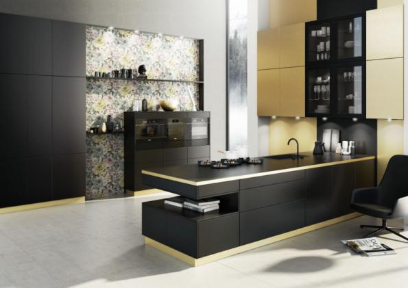 Kuchyně Bauformat s názvem Berlin/Singapur kombinuje lak v podobě černého hedvábného matu s dekorem mosazi, který nese laminát. Výsledkem je jedinečný, nezaměnitelný vzhled. Více na www.oresi.cz