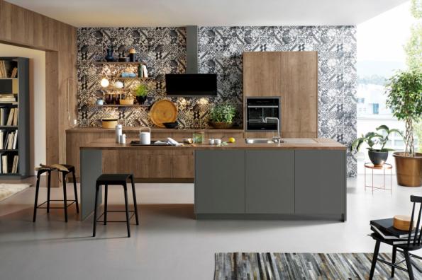 Kuchyňský koncept Cremona z kolekce Schüller C kombinuje dvířka s laminátovým povrchem v dekoru Starý dub Provence se satinovaným lakem v odstínu šedého kamene. Zvláštností je melaminové obložení výklenku v dekoru dlaždic. Více na www.schueller.de