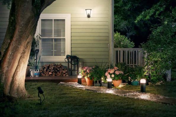 Díky pohybovému senzoru Philips Hue Outdoor se světla na stěně při vašem pohybu po zahradě vždy automaticky rozsvítí (PHILIPS)