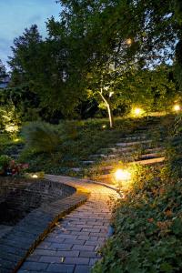 Klíčem pro oživení zahrady po soumraku je osvětlení hlavní komunikační osy a vybraných dřevin, ať už jsou to stromy nebo keře (atelier FLERA)