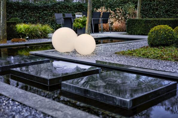 Svítící koule Garden Lights můžete pomocí dálkového ovladače rozzářit různými barvami. Jsou oblíbeným svítícím solitérním doplňkem v zahradě. Nejlépe vyniknou v okolí travin a v kombinaci různých velikostí (www.led-zahrada.cz)