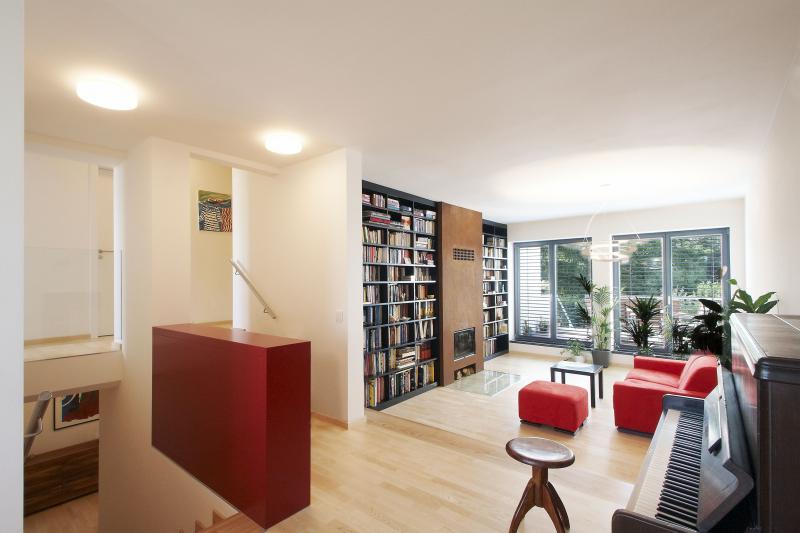 Z obývacího pokoje se vychází francouzskými okny na terasu. Do soklu pod okny se podařilo skrýt podlahové konvektory, takže v prostoru nepřekáží žádný radiátor