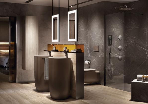 V prostorné koupelně můžete solitérní umyvadla umístit uprostřed a instalace vést podlahou a montovanou zídkou. Vytvoříte tak zajímavý prostorový předěl. Inspirace je z expozice značky Roca na veletrhu ISH ve Frankfurtu nad Mohanem