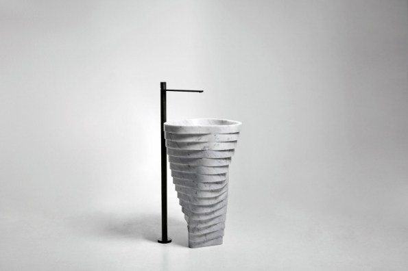 Solitér Vortice vyrůstá z trojúhelníkové základny o délce 25 cm. Umyvadlo z bílého carrarského mramoru si žádá prostor a světlo, i obyčejná koupelna bude jedinečná (www.antoniolupi.cz)