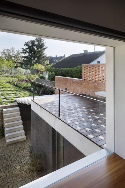 Bezrámové, pevně zasklené okno do zahrady přivádí do kuchyně maximum světla