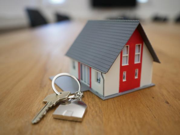 Stojíte před rozhodnutím, zda si pořídit dům za městem, nebo byt vcentru? Přizvažování hraje roli nejen cena, ale také dojíždění nebo občanská vybavenost. Vyplatí se více dům, nebo byt? (Zdroj: Creditas)