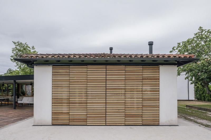 Východní fasáda vytváří vizuálně zajímavé propojení interiéru a exteriéru.