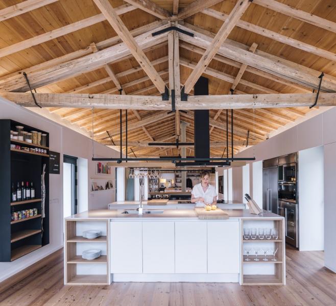 Dominantou domu je velká dřevěná střecha, jejíž obnažené trámy dodávají originální vzhled místnosti