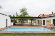 Bazén se nachází v prostoru mezi oběma domy, směřuje na jih a nabízí nádherný výhled na Kantaberské pohoří