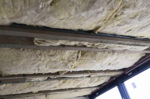 Stropní konstrukce vikýřů se vnámi sledovaném vzorovém e4 domě provádí podobně jako celý sádrokartonový rastr stím, že izolace Isover se vkládá mezi kleštiny. Rastr je zavěšen pod izolací a kleštinami, aby při vysychání dřeva nedocházelo k trhlinám ve stropě. (Zdroj: Wienerberger)