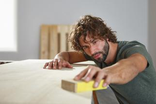 Chcete svému obývacímu pokoji vdechnout nový neotřelý vzhled? Sdřevěným nábytkem zpalet a beden to půjde samo. Vytvořte si zcela originální dřevěné kousky, které odpovídají aktuálním interiérovým trendům a zároveň jsou nesmrtelnou klasikou, jež nikdy neomrzí. Kreativitě se meze nekladou – skvalitním materiálem a trochou fantazie si hravě sestavíte vlastní neokoukaný nábytek, který bude každý den doslova lahodit vašemu oku. (Zdroj: Hornbach)
