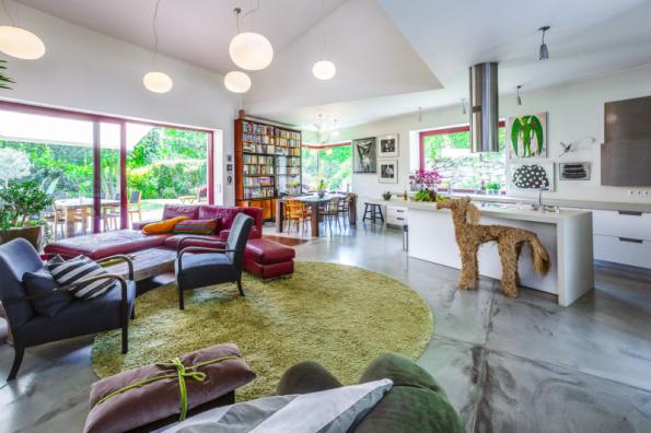 Cenu Interiér roku získal interiér domu D15, který navrhlo interiérové studio OOOOX a Radka Kubková. Nechybí moderní design, ale interiér zároveň odráží osobní příběhy rodiny