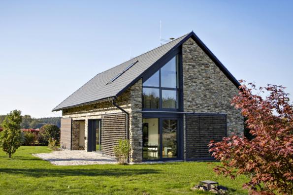 2. místo získal dům D02, autor Ing. Radek Hadrbolec. Moderní stavba byla záměrně navržena tak, aby připomínala starou stodolu. Řada tradičních prvků získala novou funkci