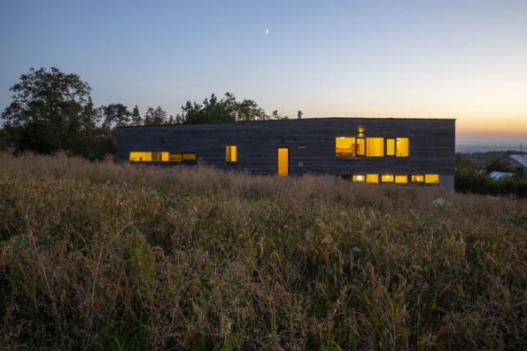 2. místo získal dům D21, autoři MgA. Tereza Kučerová, MgA. Patrik Zamazal. Úzký dlouhý a svažitý pozemek, zdánlivě nevhodný pro stavbu rodinného domu, pojali jako výzvu a vznikl originální koncept domu s krásným výhledem