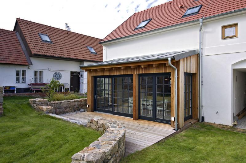 Červená střecha z bobrovek rovněž patří k typickému obrazu české vesnice. Přístavba má lehkou krytinu z falcovaného pozinkovaného plechu, což rovněž patří k našim tradicím