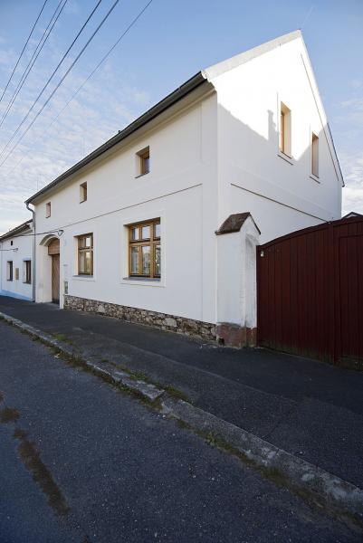 Po rekonstrukci se výška římsy i hřebene střechy zvýšily téměř o 2 metry. Hladká štuková omítka dům doslova rozsvítila. Nová dřevěná okna imitují styl počátku dvacátého století