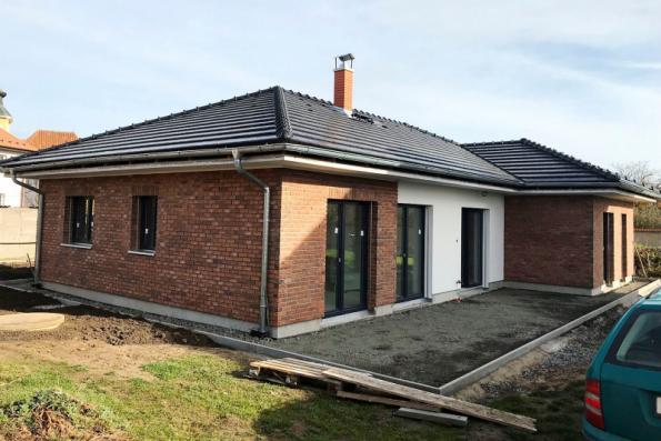 Zděný dům využívá všechny benefity uceleného stavebního systému Porotherm, včetně cihelné fasády (WIENERBERGER)
