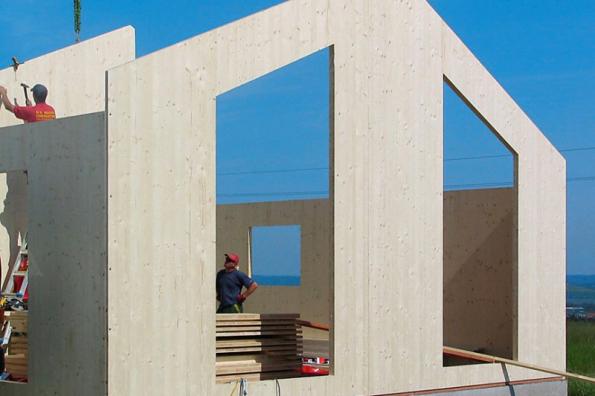 Stavba domu z uceleného stavebního systému Novatop sestávajícího z velkoformátových panelů vyráběných z křížem vrstveného masivního dřeva (CLT - cross laminated timber) (NOVATOP)