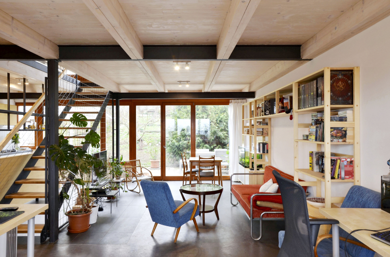 """Architekt Petrášek odstranil v obytném prostoru všechny příčky, otevřel ho tak a propojil. Velkým bonusem je tu přímý vstup do zahrady, kde by časem mohla vzniknout plánovaná přístavba. Přesto, že stavba byla relativně nízkonákladová, podařila se ve velmi dobré kvalitě a s množstvím dotažených a promyšlených atypických detailů. """"Investoři dali prostor promyšlenému projektu, a to i za cenu, že vybavení domu je spíše obyčejné,"""" uvádí architekt"""