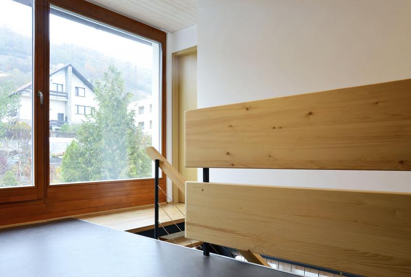 Dispozice zděného suterénu s garáží se téměř nezměnily, zato v přízemí nezůstala jediná příčka a také se odkryly dřevěné stropní konstrukce. Zvětšilo se zádveří, které bylo původně hodně stísněné. V patře autor projektu vytvořil novou velkorysou koupelnu, kromě dvou ložnic je tu také otevřená pobytová hala