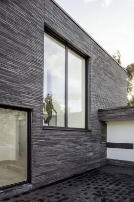 Hliníkové obložky REHAU kombinují perfektní design spraktickou funkčností. Snoubí originální vzhled a barevnost hliníku společně slepšími izolačními schopnostmi plastu. (Zdroj: REHAU)