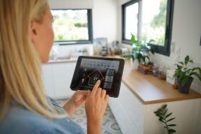 Chytrý termostat se dokáže učit životnímu rytmu rodiny, rychlosti ohřevu nebo chladnutí interiéru, ale umí i předvídat, jak současné a předpovídané počasí ovlivní teplotu vbytě. (Zdroj: goodluz / Shutterstock.com)