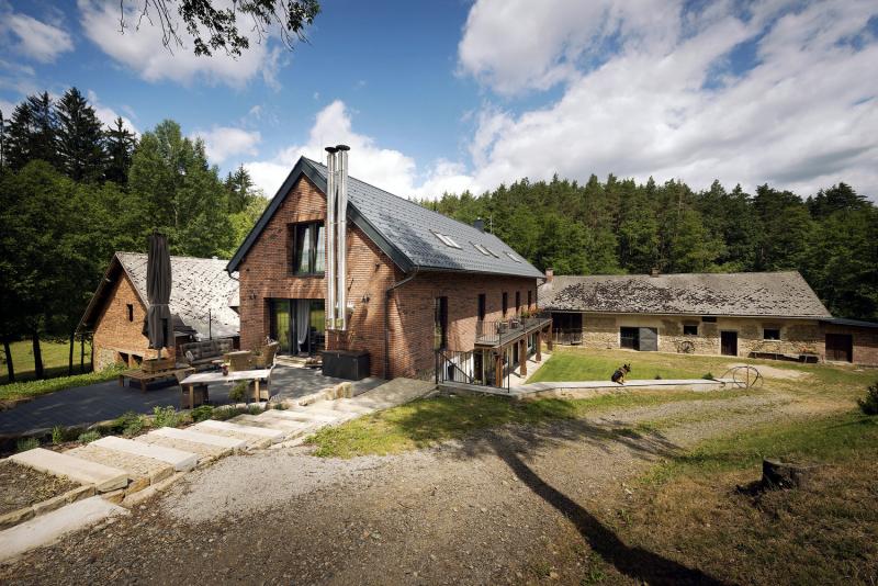 Soustavu mlýna tvoří hlavní obytný dům a dvě hospodářské budovy postavené v úrovni pod náhonem