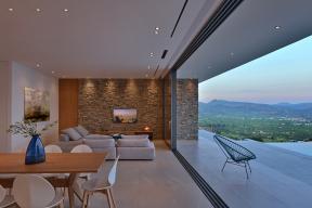 """Všechny čtyři posuvné díly lze """"zaparkovat"""" za sebou tak, aby nerušily výhled z obývacích a jídelních prostor. Tím vznikne maximální možný průhled široký 9 m. (Zdroj fotografií: Schüco, Konstantinos Thomopoulos)"""