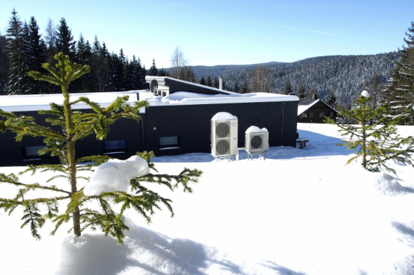 Dům v horské lokalitě obce Nové Hamry v nadmořské výšce 750 metrů je obývaný čtyřčlennou rodinou. O vytápění, chlazení i ohřev vody se stará 12kW tepelné čerpadlo Panasonic Aquarea (PANASONIC)