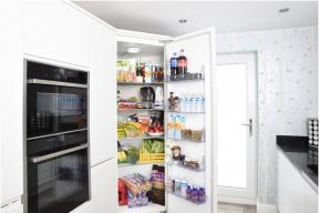 Před výběrem ledničky je třeba ujasnit si tři základní věci. Nejdůležitější je typ chladničky. Neméně důležitý je požadovaný objem, který se odvíjí od počtu členů domácnosti a v neposlední řadě i její rozměry, aby se do kuchyně vůbec vešla. (Zdroj: Alza.cz)
