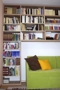 Pokud už musíte spojit ložnici s pracovnou, je pohled na knihy rozhodně lepší variantou než na počítač (foto Studio Evalofa)