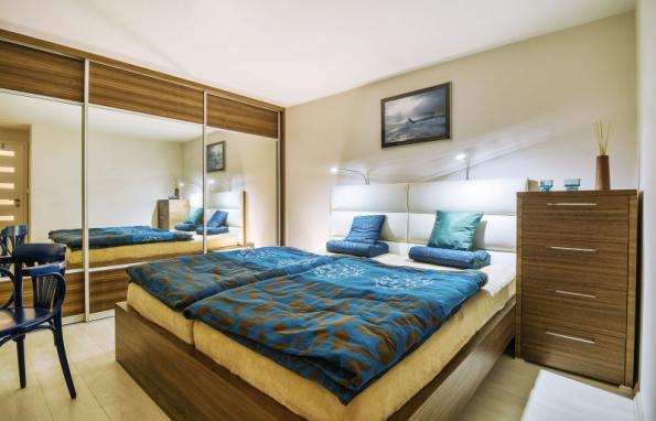 Postel a komoda jsou z designové řady Jitona Amelia, skříň byla vyrobena na zakázku ze stejné ořechové dýhy jako nábytek Jitona