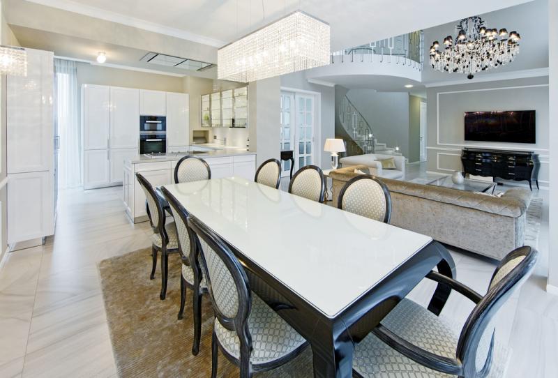 """Interiér domu se již na první pohled výrazně odlišuje od dnes běžného bydlení. Oblé křivky nábytku, lesk zrcadel, mramoru a křišťálu prozrazují zálibu rodiny ve stylu glamour, který reprezentuje """"zdobný"""" a luxusní směr mezi současnými interiérovými trendy"""