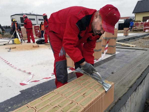 Použití broušených cihelných bloků vyžaduje přesné výškové vyrovnání zakládací malty na betonové desce (WIENERBERGER)