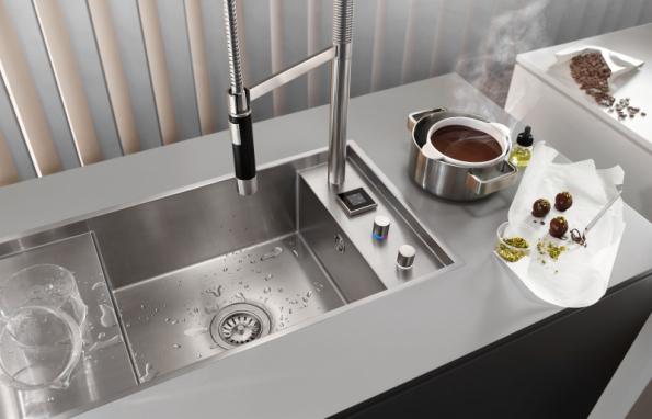 Systém eUnit Kitchen řídí pomocí elektroniky dávkování vody, průtok a teplotu vody a provoz dřezové zátky. Elektronika dokáže přesně naměřit objem vody podle receptu (DORNBRACHT)