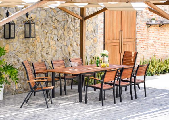 Zahradní nábytek z řady Flamingo představuje ideální spojení ušlechtilých vlastností eukalyptového dřeva s lehkou a pevnou konstrukcí ze slitiny hliníku. (Zdroj: Mountfield)