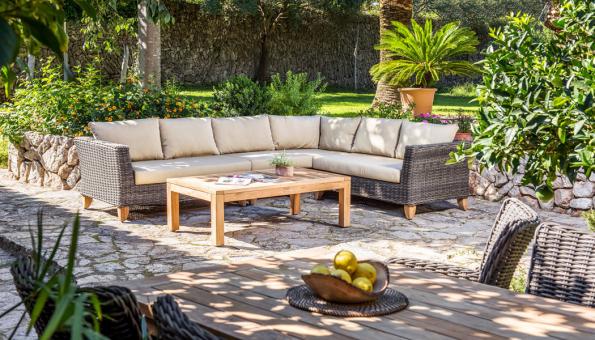 Pohodlné sezení a relax v zahradě nebo na terase vám zajistí robustní a stylový sedací nábytek Sydney. Silnostěnný ratanový výplet a pevnou hliníkovou konstrukci na nohách z precizně zpracovaného teakového dřeva doplňují kvalitní odnímatelné polstry. (Zdroj: Mountfield)