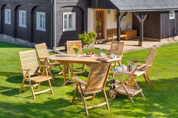 Zahradní sestava Gentle z masivního dřeva jádrového teaku potěší milovníky tradičního pojetí luxusního dřevěného nábytku. Svou robustní pevnou konstrukcí a širokou nabídkou pohodlných a funkčních prvků vytváří ideální zázemí pro klidný relax i rušnou zahradní party. (Zdroj: Mountfield)