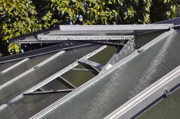 Výborným pomocníkem proti přehřívání je automatický otevírač oken. Samočinně otevře okno při teplotě cca 25 °C zhruba o 20 cm, má nosnost 10 kg. Stojí 749 Kč (HORNBACH)