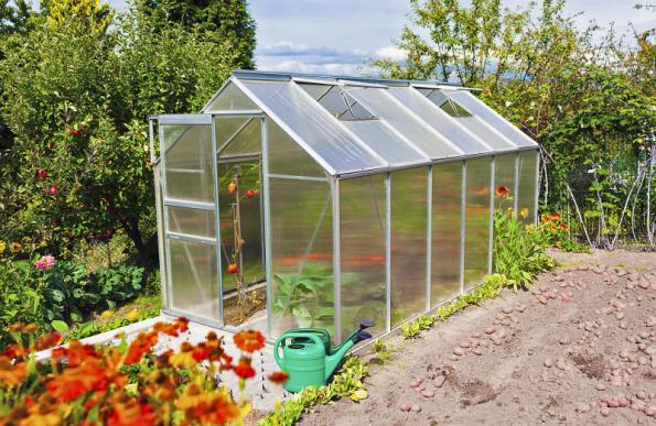 Velmi důležitou součástí každého skleníku je odvětrání a stínění. Otevřením dveří a okének umístěných v nejvyšší části střechy dosáhnete tzv. komínového efektu, který zajistí účinné odvětrání. Stínicí prvky můžete položit na střechu (rohože), tam však budou vystaveny i dešti. Praktičtější jsou žaluzie instalované zevnitř