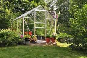 Najít pro skleník správné stanoviště nemusí být nijak jednoduché. Jsou poměrně nápadné, a tak je situujeme spíše za dům než do ulice