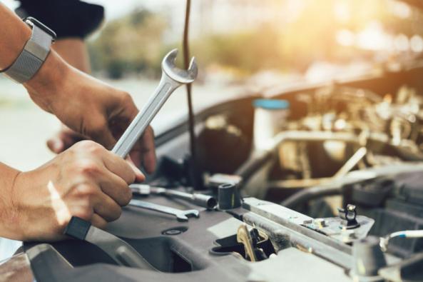 I když máte nové auto, může se objevit situace, kdy bude nutné vykonat malou opravu. Vtakovém případě budete potřebovat nějaké nářadí, jehož druh bude záviset na tom, o jaký problém půjde. Můžete si buď vybrat konkrétní nástroje, nebo si koupit celý set nářadí, se kterým budete připraveni na všechno. (Zdroj: iStockphoto.com